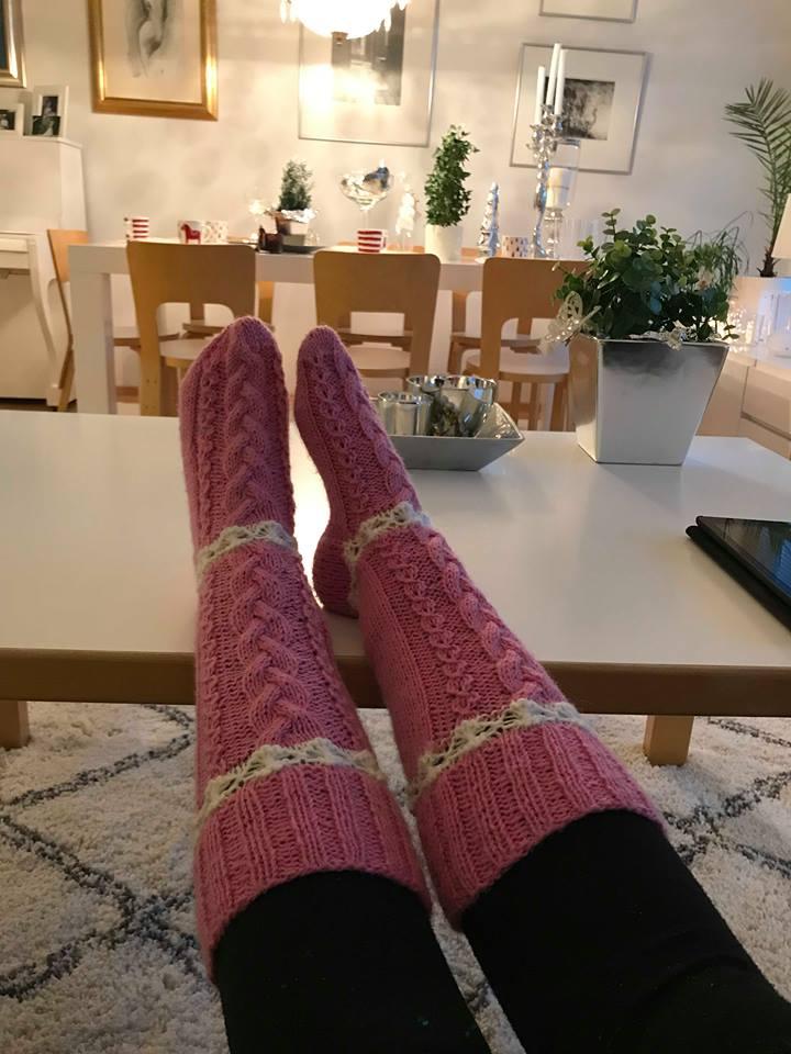 Pitkät sukat joihin tein perinteistä palmikkoa kolmella, valepalmikkoa sekä  kukkaraitaa.